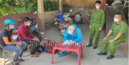 Lực lượng chức năng tại Chốt kiểm dịch số 3, Km 14, thị trấn Yên Bình, huyện Yên Bình lập biên bản 1 trường hợp đâm xe vào tổ công tác để trốn khai báo y tế, ngày 12/9/2021. Ảnh: Quyết Thắng