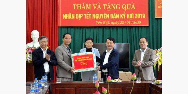 Đồng chí Hầu A Lềnh - Phó Chủ tịch, Tổng thư ký Ủy ban Trung ương MTTQ Việt Nam tặng quà cho Trung tâm Công tác xã hội và Bảo trợ xã hội tỉnh.