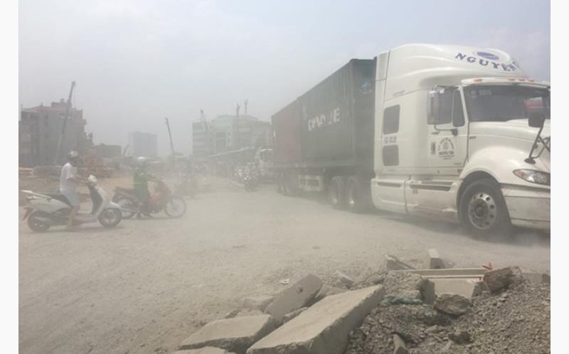 Tại một đoạn đường Phạm Văn Đồng (Hà Nội), bụi mịt mù không nhìn thấy rõ đường và xe cộ qua lại.