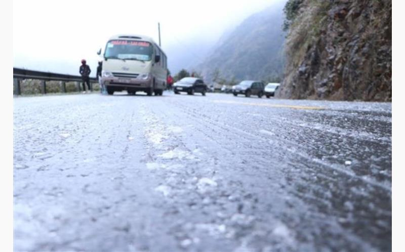 A frozen road in Lai Chau province makes vehicles unable to move