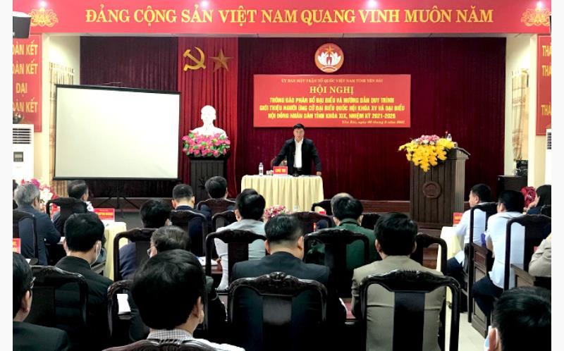 Đồng chí Giàng A Tông - Chủ tịch Ủy ban MTTQ tỉnh thông báo về việc điều chỉnh cơ cấu, thành phần và phân bổ số lượng người của các cơ quan, tổ chức, đơn vị được giới thiệu ứng cử đại biểu Quốc hội và HĐND tỉnh
