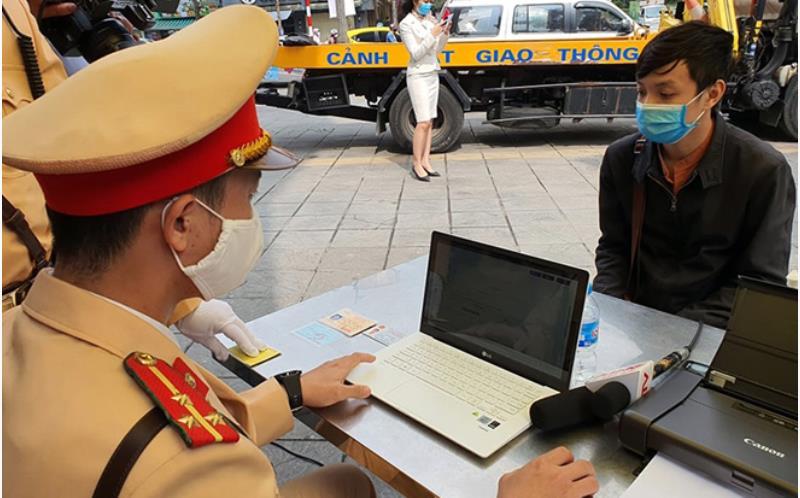 Cán bộ Ðội Cảnh sát giao thông số 2 (Công an TP Hà Nội) tiến hành xử phạt