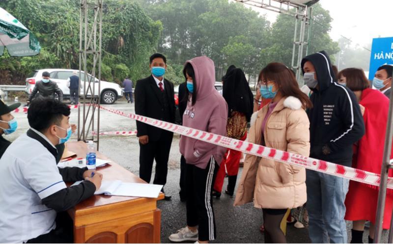 Lực lượng chức năng tiến hành khai báo y tế cho người dân đi từ các địa phương khác về Yên Bái tại nút giao IC-12 Cao tốc Nội Bài -Lào Cai.