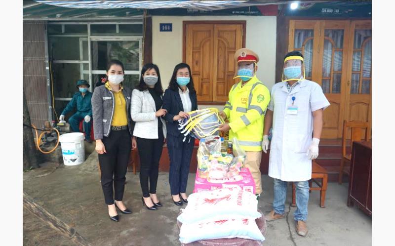 Được sự hỗ trợ kinh phí của Câu lạc bộ nữ kinh doanh, lãnh đạo Hội LHPN huyện Yên Bình trao mũ chống giọt bắn và các nhu yếu phẩm cần thiết cho cán bộ ứng trực tại chốt kiểm soát dịch bệnh Covid-19 của tỉnh đóng trên địa bàn.