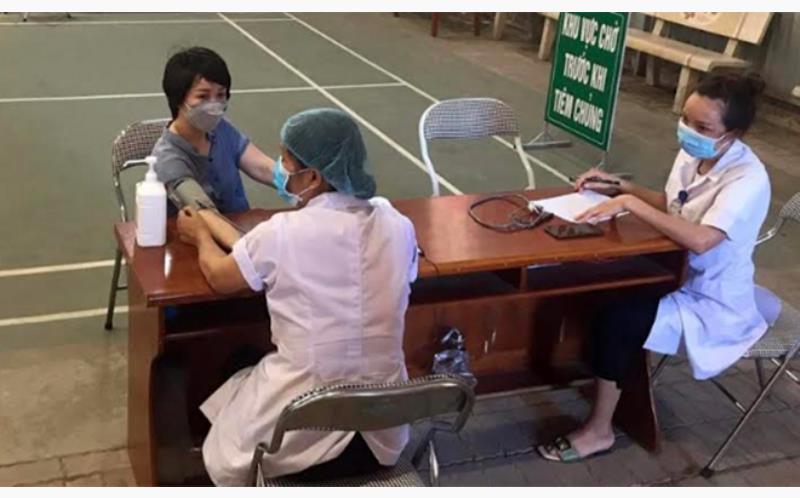 Khám sàng lọc trước khi tiêm phòng Covid-19 cho cán bộ, giáo viên Trường THPT Lê Quý Đôn, huyện Trấn Yên.