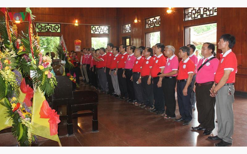 Nhiều đoàn đại biểu đến dâng hương, hoa lên Ban thờ Bác nhân 50 năm ngày Bác đi xa.