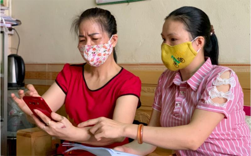 Hội Phụ nữ phường Minh Tân, thành phố Yên Bái hướng dẫn người dân cài đặt ứng dụng Bluezone trên điện thoại thông minh.